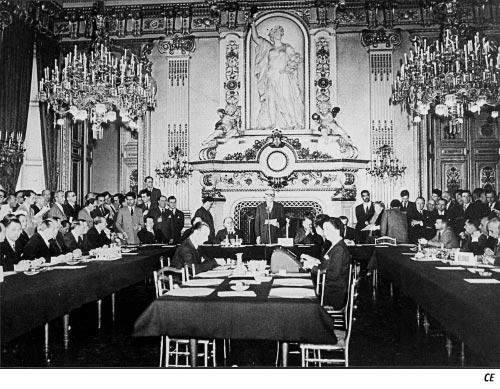 Presentación del plan Schuman, 9 de mayo de 1950: Salon de l'Horloge del Quai d'Orsay, Ministerio de Asuntos Exteriores de Francia. Frente al micrófono, Robert Schuman; a su derecha, Jean Monnet.