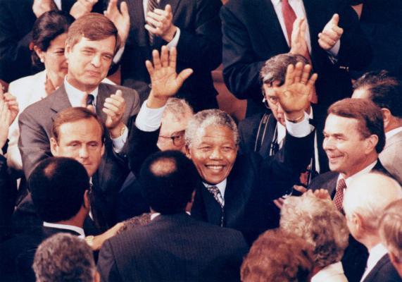 El líder de ANC, Nelson Mandela, levanta las manos en respuesta a una ovación de pie al final de su discurso en una reunión conjunta del Congreso.