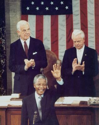El líder de ANC, Nelson Mandela (C) responde a los aplausos antes de dirigirse a una reunión conjunta del Congreso en el Capitolio de junio 26 de 1990