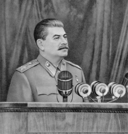 J. Stalin toma la palabra delante de los electores de la circunscripción Stalin, en Moscu.